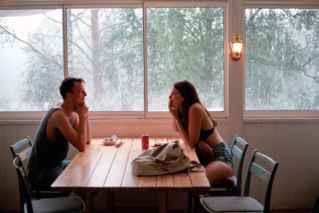 Ett par som pratar på en dejt