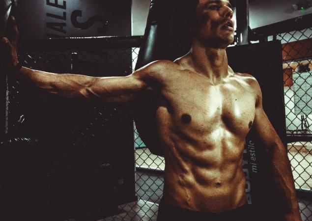 Muskulös man i gym