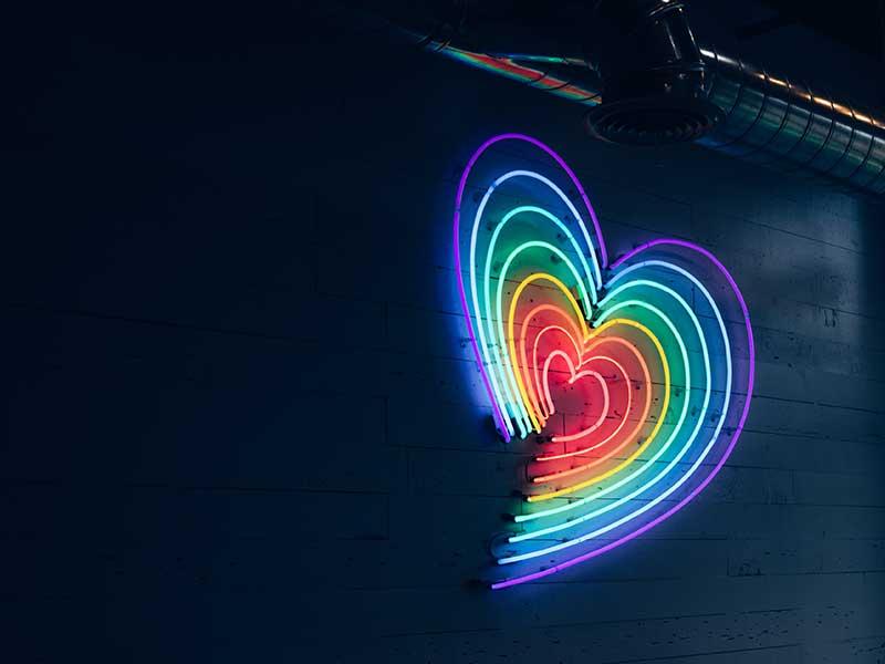 Ett hjärta i neon och kanske en dejtare i mörkret?